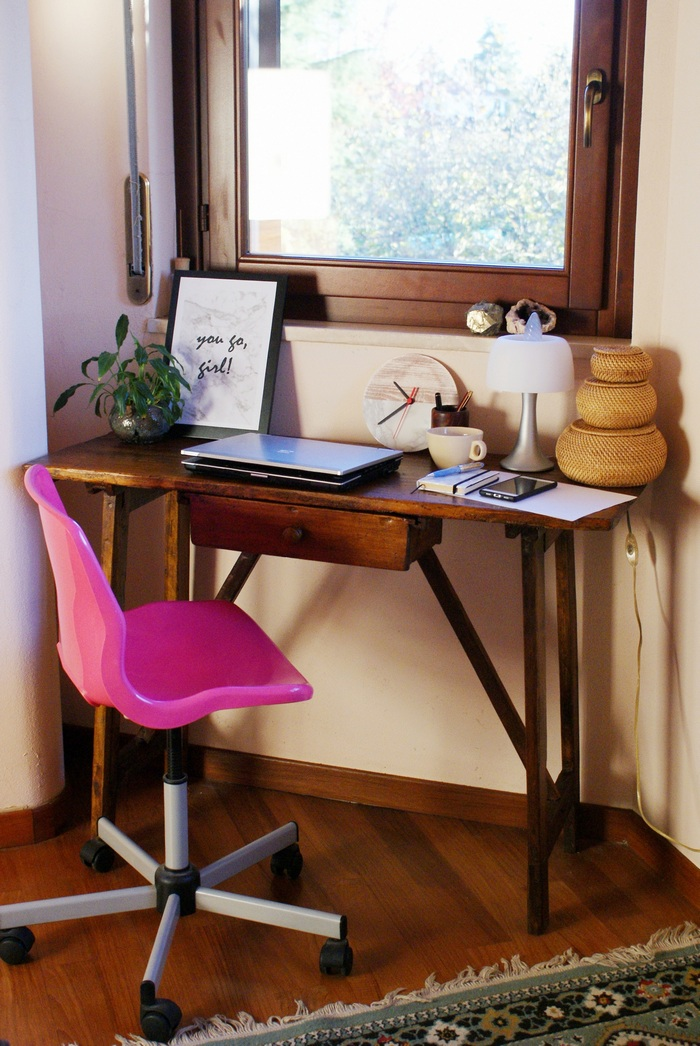 HOW TO: ORGANIZE A (SMALL) WORKSPACE AT HOME (WITH A PRINTABLE GIFT FOR YOU!)