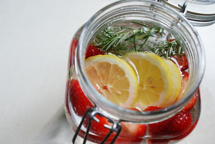 acqua depurativa fragole limone rosmarino