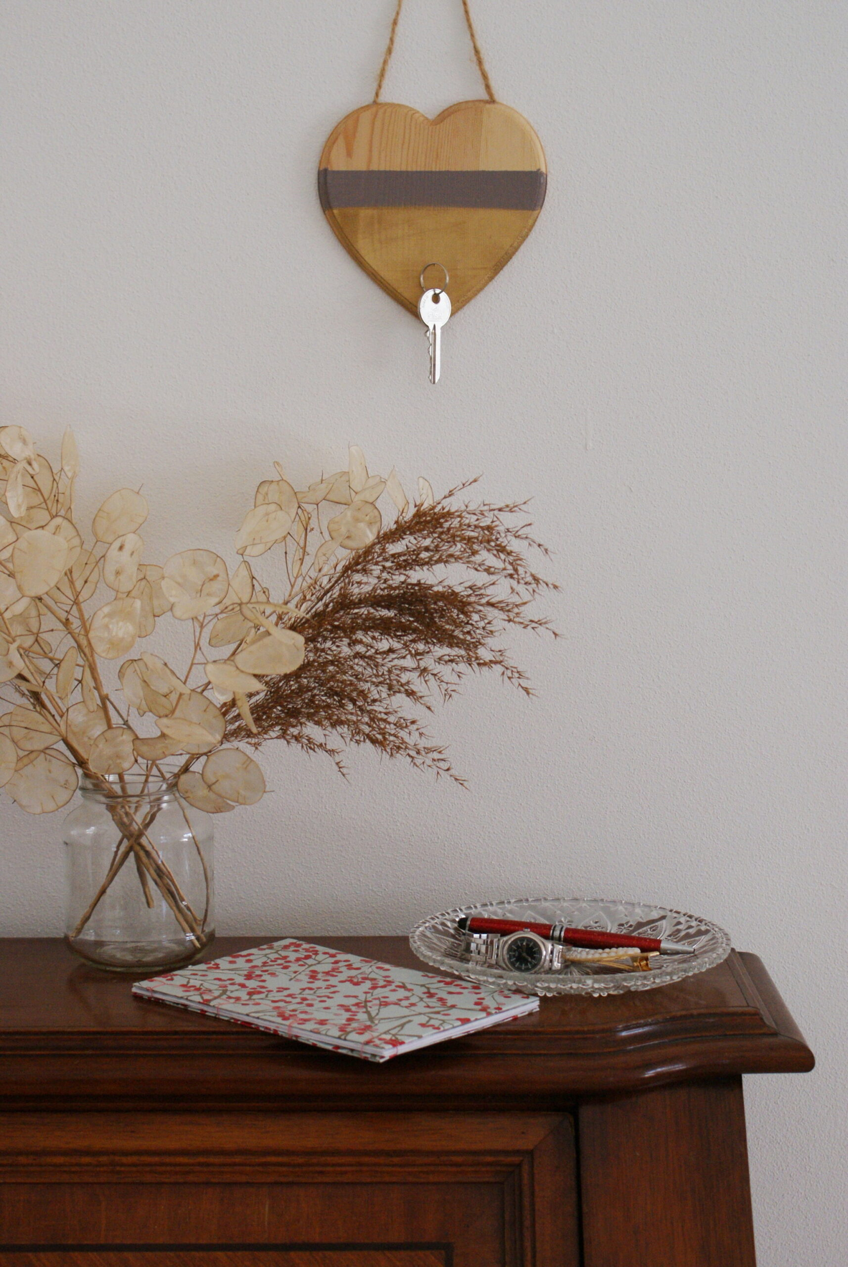 DIY MINIMALIST HANGING KEY HOLDER FOR THE ENTRYWAY